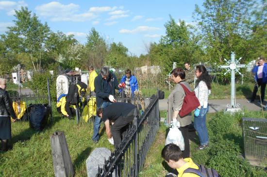 Сотрудники краеведческого музея провели субботник на Троицком кладбище