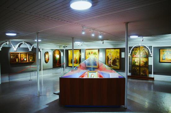 Выставка «Сияние ликов святых»