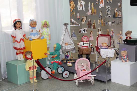 Выставка «В куклы играют все» в библиотечно-музейном комплексе города Сосновоборска